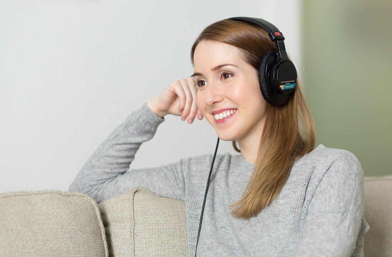 Frau-mit-Kopfhörer